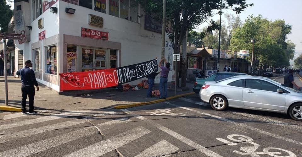 Con bloqueo vial, CNTE exige pago de 65 mdp a mil 200 trabajadores eventuales