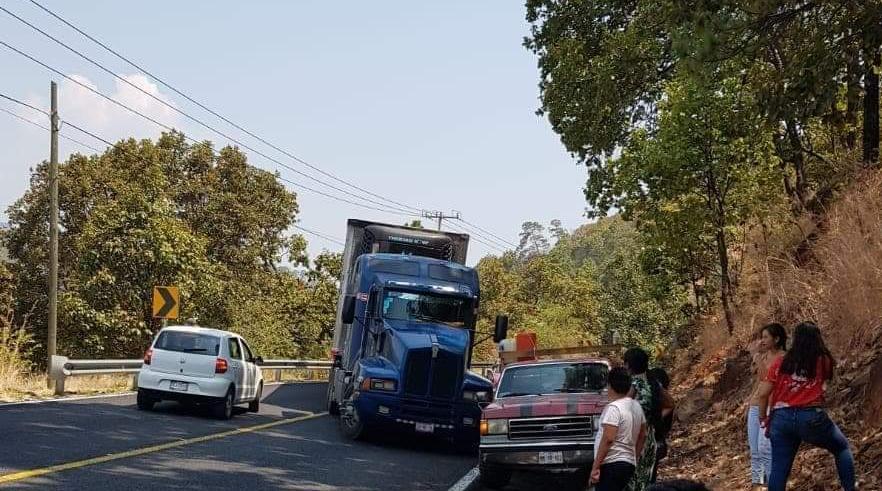 Civiles armados bloquean carretera Uruapan-Lombardía en Michoacán