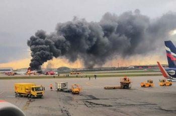 Impactante video de pasajero en el avión incendiado en Moscú