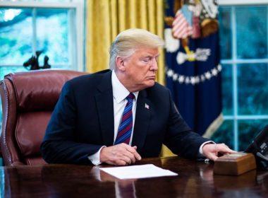 Defiende Trump política migratoria con mensaje en español