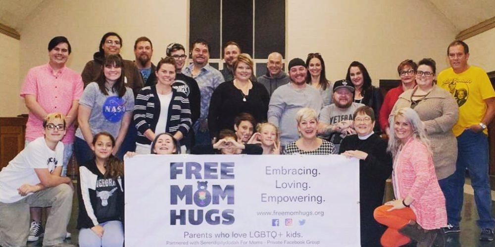 Madres regalan abrazos a jóvenes en marchas LGBT
