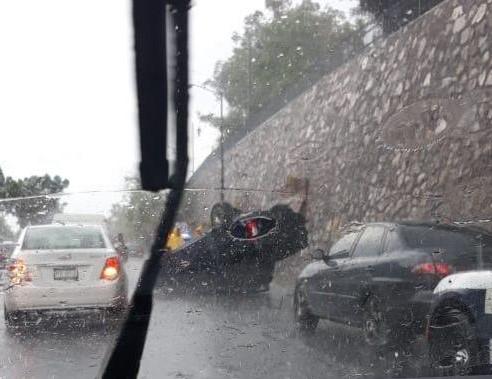 Por lluvias, se registra una volcadura en Morelia