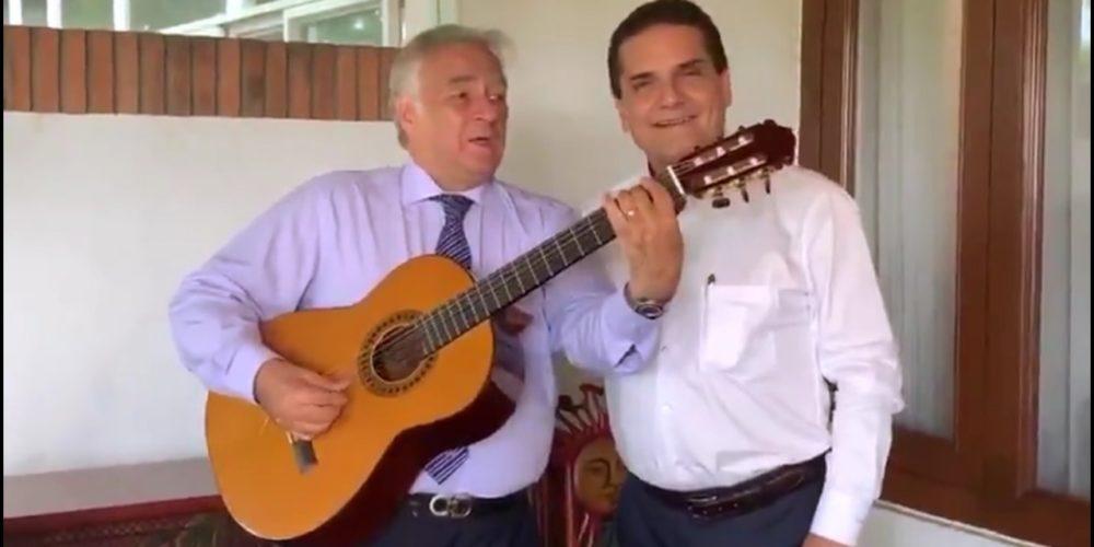 Al ritmo de Leit it be de The Beatles, Silvano y Torruco presumen guitarras de Paracho