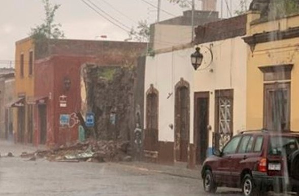 Se derrumba casa en el centro de la ciudad