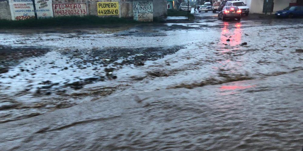 Poniente de Morelia con problemas de tráfico por encharcamientos