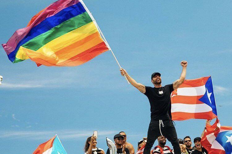 Se manifiesta Ricky Martin con bandera LGBT en Puerto Rico