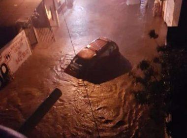 Lluvia desborda río en Los Reyes y provoca severas inundaciones