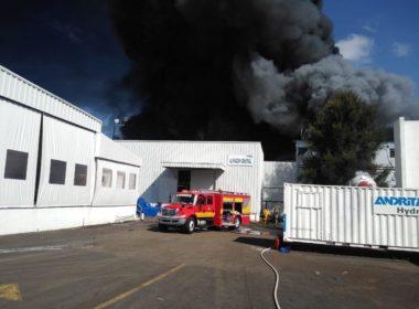 Incendio en bodegas podría durar 6 horas más: Comisionada