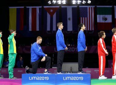Atleta de EU se arrodilla durante premiación en Lima 2019