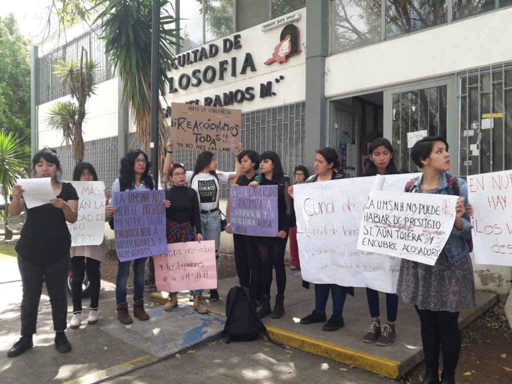 Irrumpen evento del gobernador; exige alto al acoso sexual