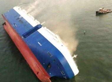 Rescatan a tripulantes de buque volcado en EU