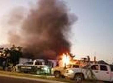 Grupo armado incendia vivienda con familia en su interior