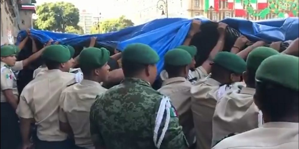 Manifestantes agraden a militares en Palacio Nacional