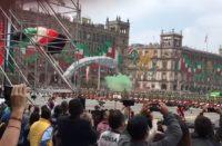 Accidente en desfile de CDMX; paracaidista cae mal