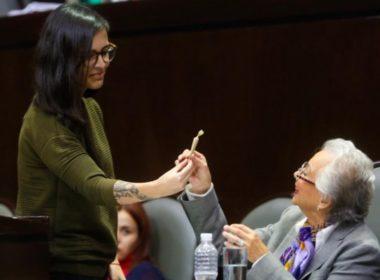 Diputada regala 'churro' a Sánchez Cordero
