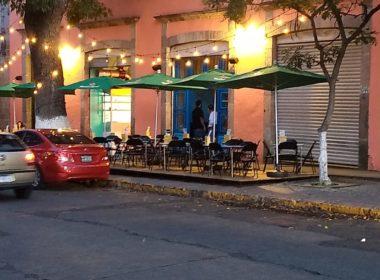 Al estilo de Alfonso Martínez, bares colocan tarimas en la Madero