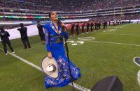 Ana Bárbara se equivoca al cantar himno nacional