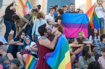 Con besatón comunidad LGBT se manifiesta contra la discriminación