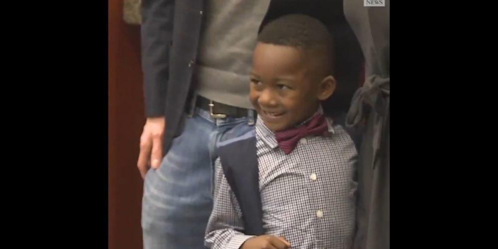 Niño invita amigos a su adopción y se vuelve el popular de clase