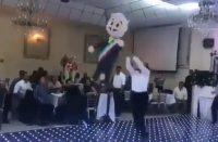 Perredistas le pegan a piñata de AMLO