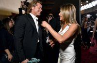 Brad Pitt muestra afecto por Jennifer Aniston