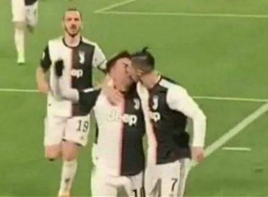 Por error, Cristiano Ronaldo da beso en los labios a Paulo Dybala