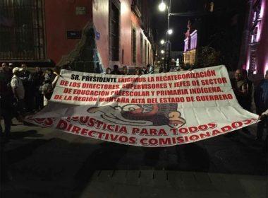 Maestros indígenas exigen intervención de AMLO en Palacio Nacional