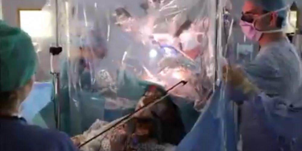 Violinista toca mientras le extirpan un tumor cerebral