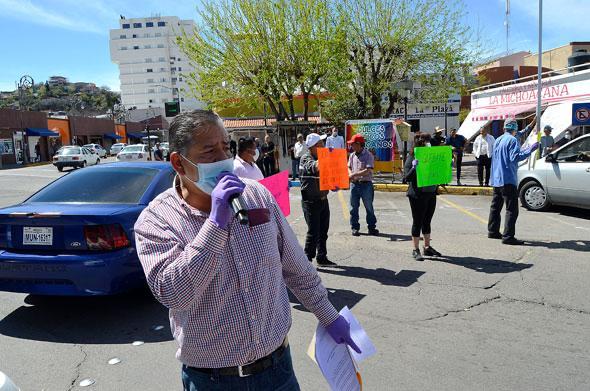El mundo al revés; mexicanos impiden paso de estadounidenses a territorio nacional