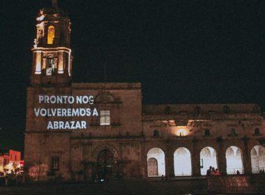 """Proyectan en edificios el mensaje """"Pronto nos volveremos a abrazar"""""""