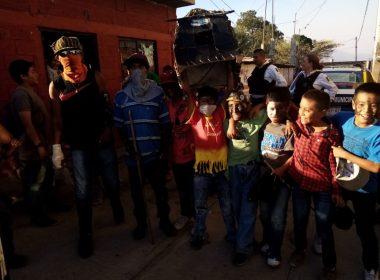 Pese a cuarentena, en San Nicolás Obispo salen a celebrar los toritos
