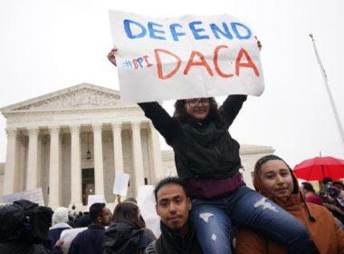 Bloquean intento de Trump de expulsar a jóvenes migrantes