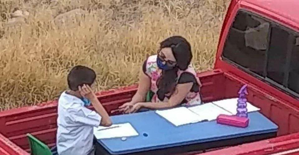 Maestra construye su propia aula móvil y visita casa por casa