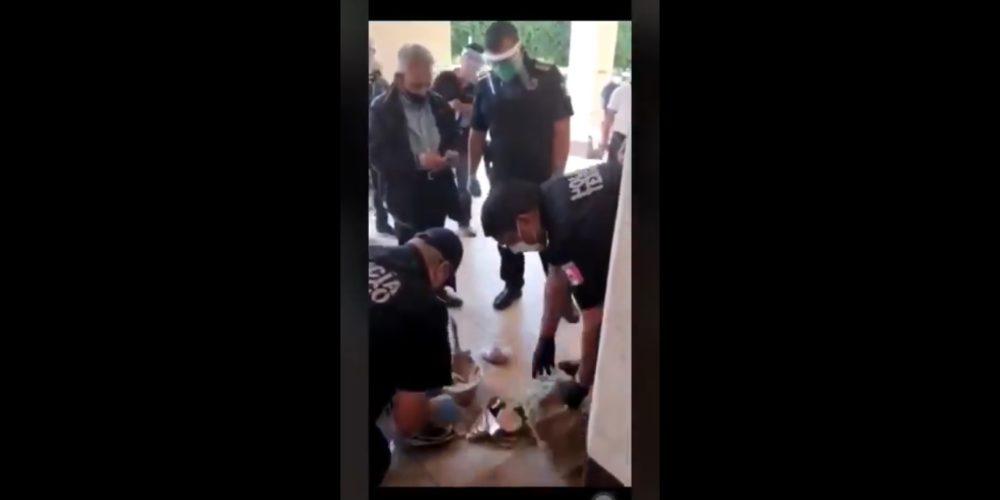 Policías compran golosinas a adulto mayor para que no se exponga al Covid-19