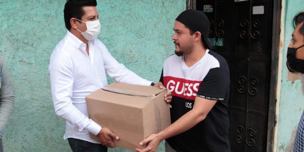 Entrega Escobar Ledesma apoyos alimentarios en Tacámbaro