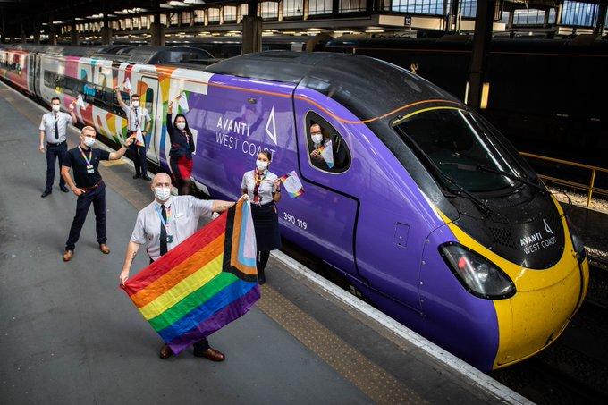 Inauguran tren con bandera de la comunidad LGBT