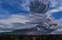 Hace erupción el volcán Sinabung en Indonesia