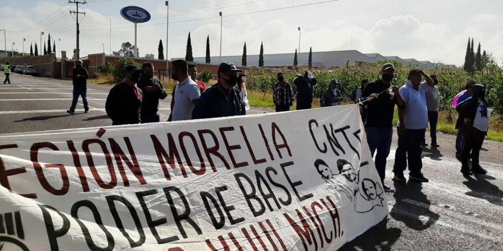 Con bloqueos viales, CNTE exige a Silvano pagos y liberación de normalistas