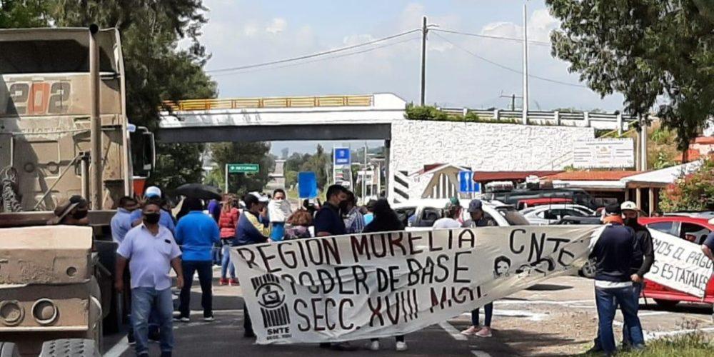 CNTE toma casetas y bloquea vías férreas en Michoacán