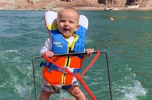 Bebé conquista redes sociales con práctica de esquí acuático