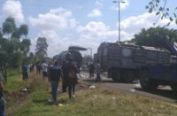 Normalistas retienen camiones en Tiripetío