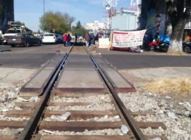 Empresas saldrían de Michoacán por bloqueos férreos