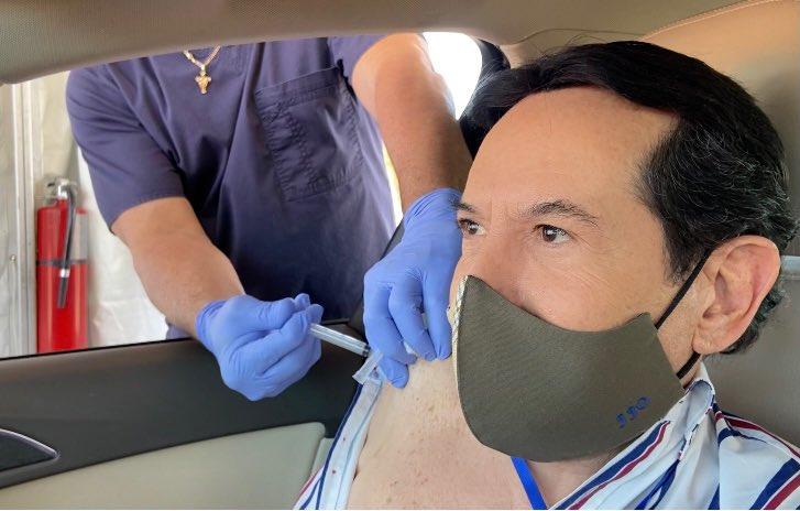 Pepillo Origel se vacuna contra el Covid