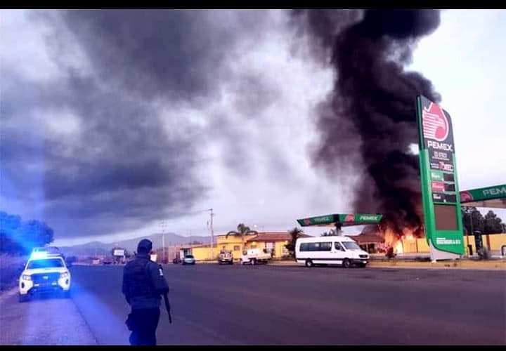 Narcos Los Reyes incineran gasolinera