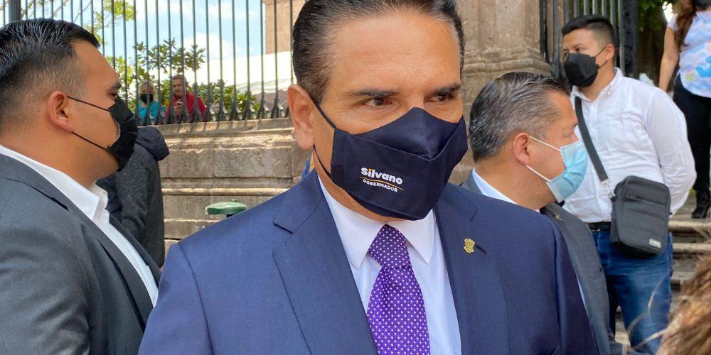 Michoacán ardiendo y sin dinero; Silvano se va de gira a EU