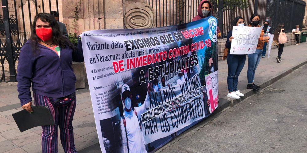 Sin bloquear vialidades estudiantes se manifiestan en Centro Histórico