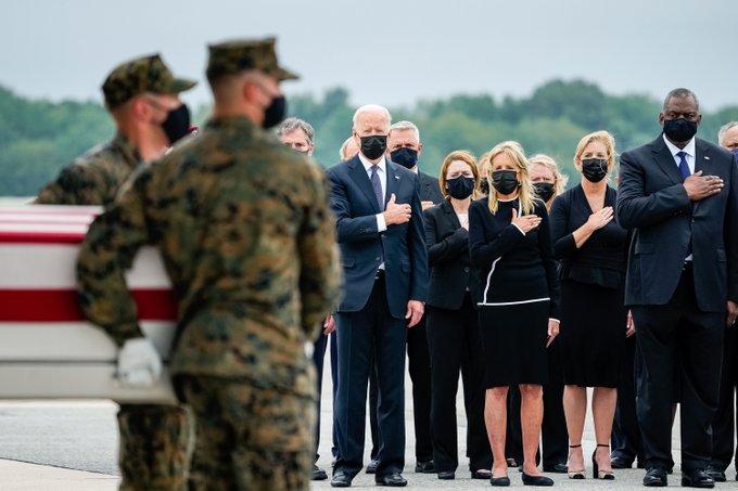 Rinde Biden tributo a estadounidenses fallecidos en Kabul