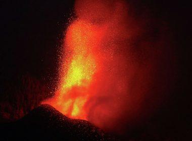 Amplían evacuación de habitantes en La Palma por erupción de volcán