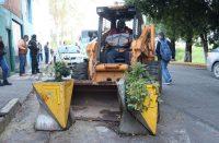 Por feos y estorbosos, retiran macetones en avenida Solidaridad