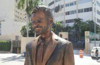 Por fea, reubicarán estatua de Eugenio Derbez en Acapulco